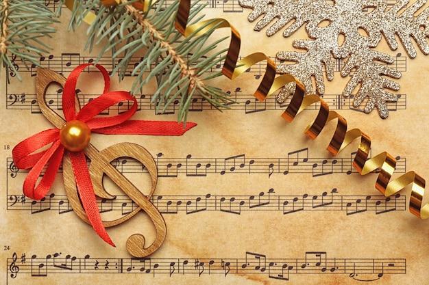 Красивая композиция с украшениями на нотном листе. концепция рождественских песен