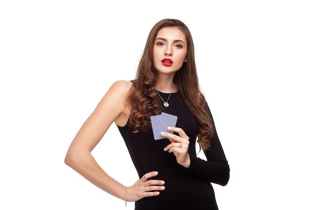 복사 장소와 함께 카메라를 보고 포커 카드를 보여주는 아름 다운 자신감 여자