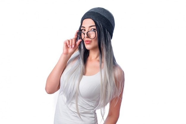 Красивая классная девушка в цветных наращенных волосах и очках