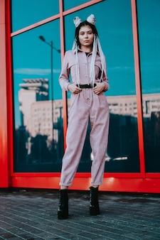 도시 도시 스타일의 향취 전체 길이 사진과 함께 아름다운 멋진 소녀