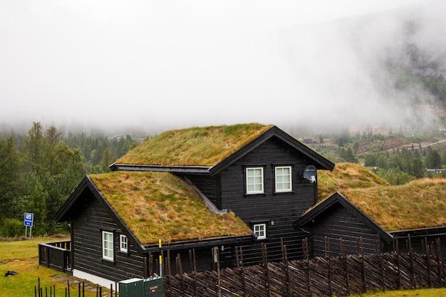 노르웨이의 아름다운 별장. 자연 속에서 꿈의 별장.