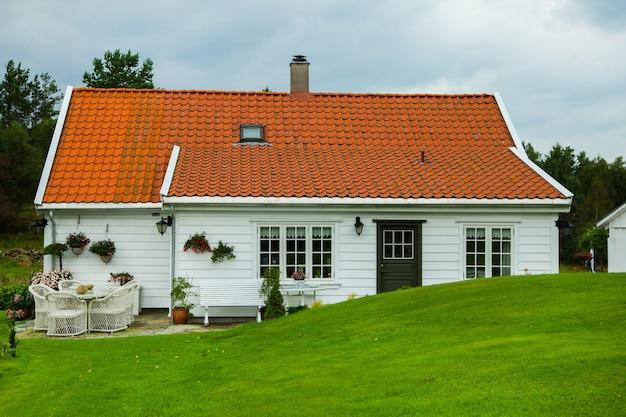 Красивый загородный дом в норвегии. коттедж мечты на природе.