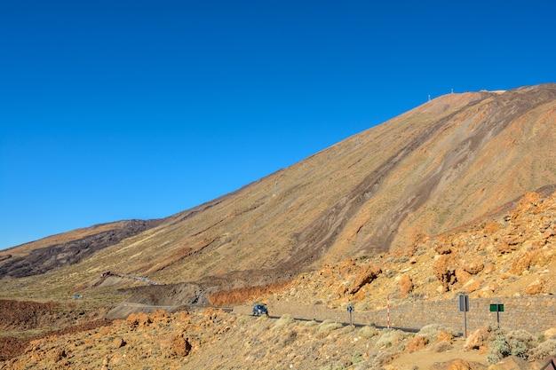 美しい田舎道と自然。岩の間を運転する。山に通じる岩の間の道。テネリフェ島スペイン。