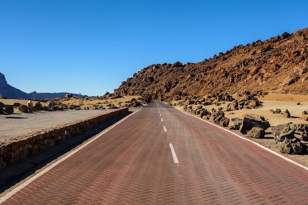 美しい田舎道と自然。道の真ん中にあるテイデ。月の風景。スペイン、カナリア諸島、テネリフェ島、テイデ国立公園の砂漠の風景