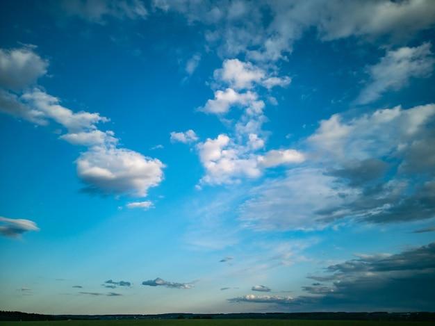 Красивый сельский пейзаж глубокое синее небо с белыми облаками