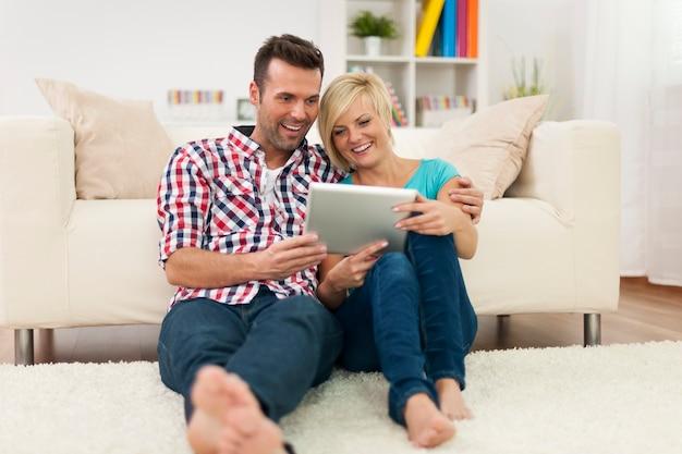 デジタルディスプレイと自宅で美しいカップル
