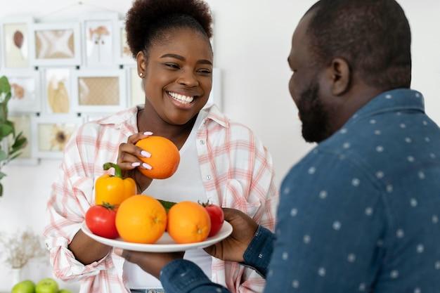 キッチンで一緒にいる美しいカップル