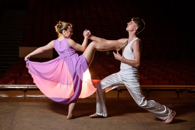 무대에서 춤을 아름 다운 커플 댄서.