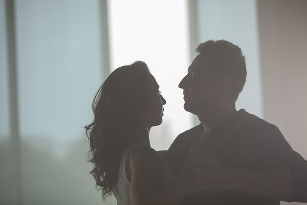美しいカップルが踊り、ダンスのクラスで音楽を楽しんでいます。パートナーの相互作用。美しいパフォーマンス。
