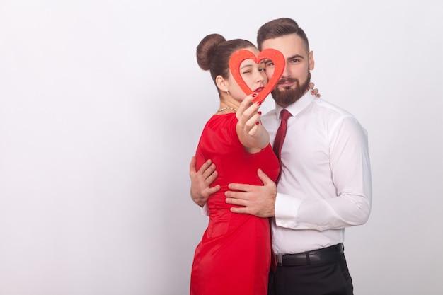 붉은 마음을 잡고 열정으로 아름 다운 커플 포옹