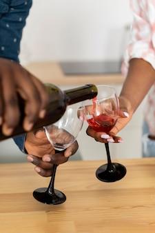 一緒にグラスワインを楽しむ美しいカップル