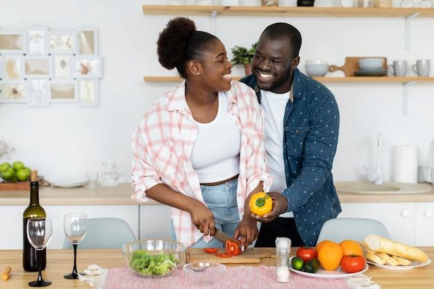 家で一緒に時間を楽しんでいる美しいカップル
