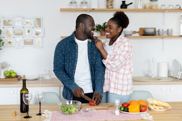 Belle coppie che godono il loro tempo insieme a casa