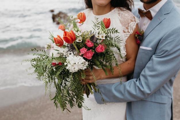 ビーチでの結婚式をしている美しいカップル