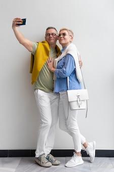 Bella coppia che ha un appuntamento all'aperto