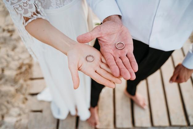 ビーチで結婚式をしている美しいカップル