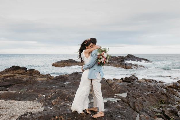 Bella coppia che festeggia il loro matrimonio sulla spiaggia