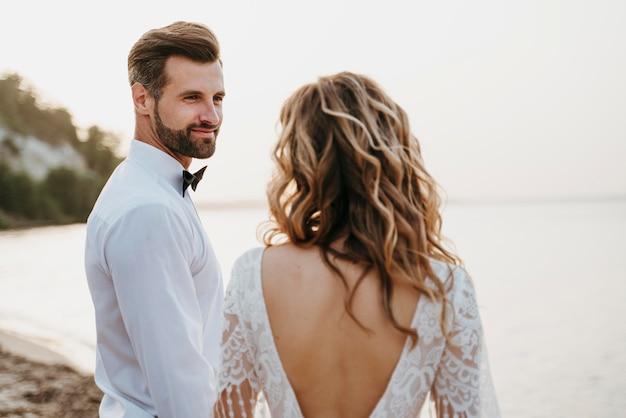 Bella coppia che festeggia il loro matrimonio in spiaggia