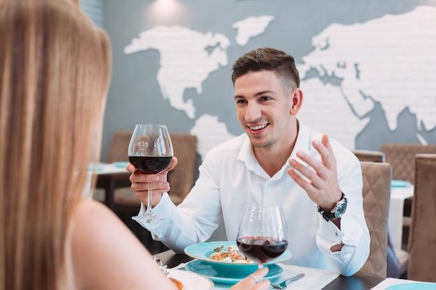 레스토랑에서 아름 다운 커플