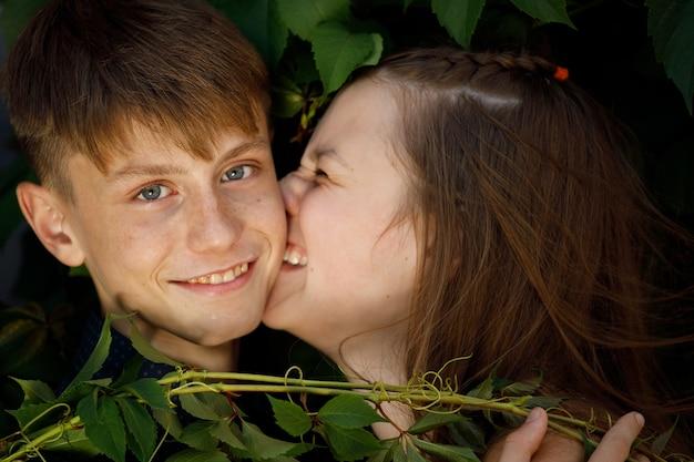 葉の美しいカップルのクローズアップ