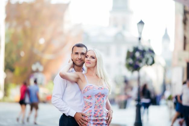屋外でデートと笑顔の愛の美しいカップル
