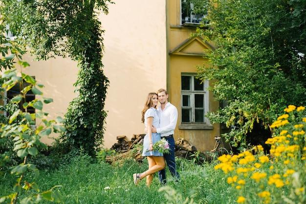 사랑 남자와 여자의 아름다운 부부는 여름에 도시 공원에서 서로 포옹