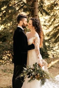 森の中でキス、森の結婚式を愛する美しいカップル。二人のための結婚式。