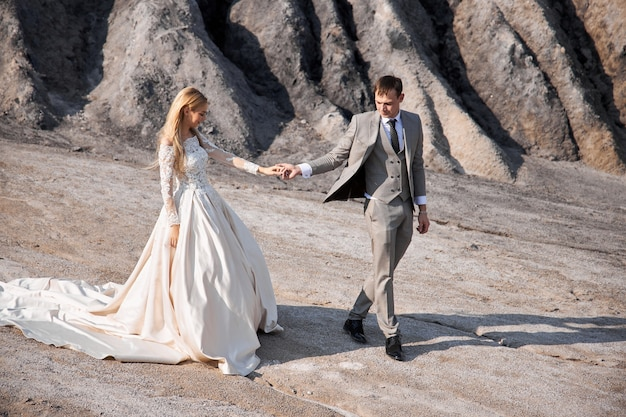 素晴らしい風景に恋をしている美しいカップル、自然の中での結婚式、キスと抱擁が大好きです。 2019年9月14日
