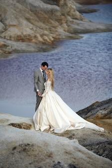 素晴らしい風景に恋をしている美しいカップル
