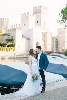 Красивая пара в любви ходить и целоваться в сирмионе, италия. любовь и нежность. любовь в италии.