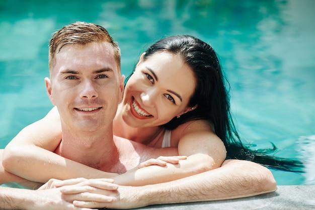 プールで美しいカップル