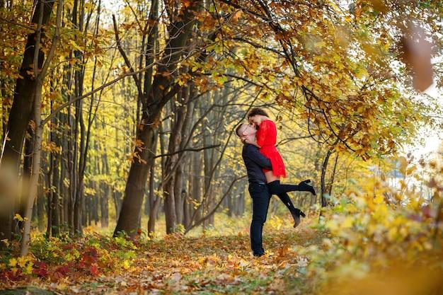 가 숲에서 아름 다운 커플
