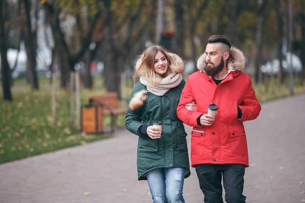 겨울 코트 야외에서 아름 다운 커플