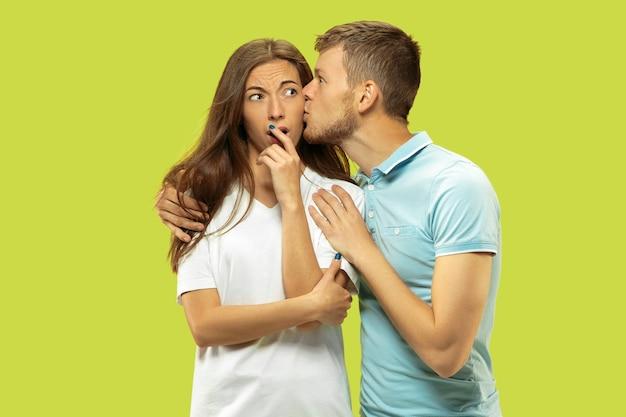 녹색 스튜디오 배경에 고립 된 아름 다운 커플