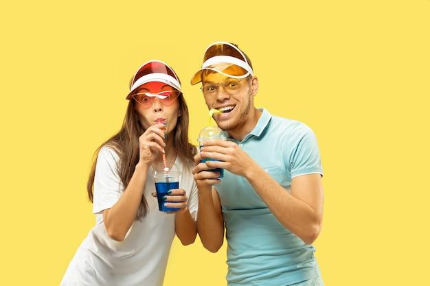 Красивая пара, изолированные на фоне желтой студии
