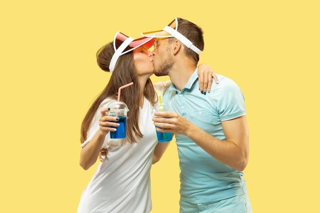 Belle coppie isolate su sfondo giallo studio