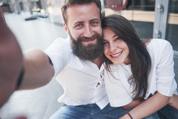 Una bella coppia fa una foto all'aperto.