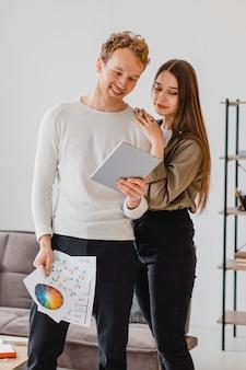 Красивая пара планирует вместе отремонтировать дом