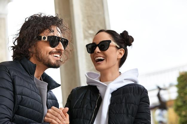 선글라스, 라이프 스타일, 안경 포옹과 미소에 현대적인 열정적인 젊은 부부의 아름다운 커플 남자 여자