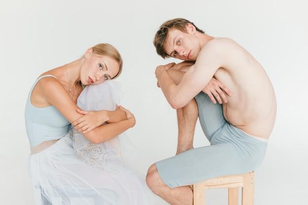バレエダンサーのライフスタイルの肖像画の美しいカップル