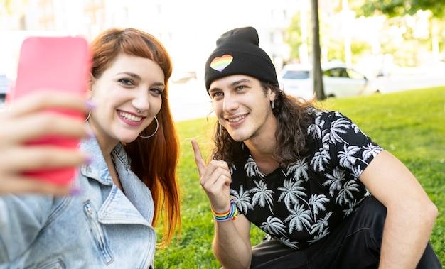 Красивая пара забавных молодого мужчины и женщины со смарптоном