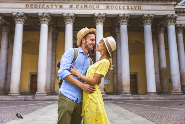 유명한 랜드 마크를 관광하는 연인의 아름다운 커플 프리미엄 사진