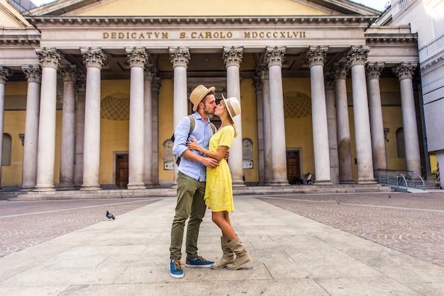 유명한 랜드 마크를 관광하는 연인의 아름다운 커플