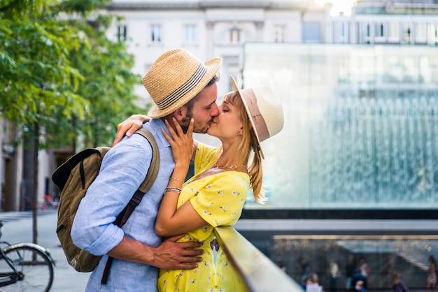 도심을 관광하는 연인의 아름다운 커플. 유명한 유럽 도시를 방문하는 장난기 많은 관광객