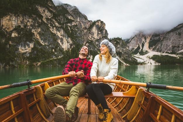 ブラーイエス湖の高山湖を訪れる若い大人の美しいカップル