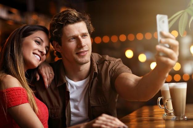 カフェでデート中の美しいカップル