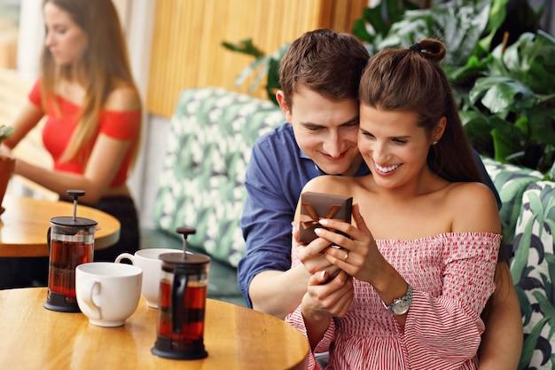 레스토랑에서 데이트 아름 다운 커플