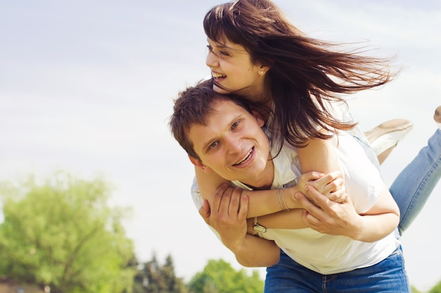 公園を歩いている日に美しいカップル。コピースペース