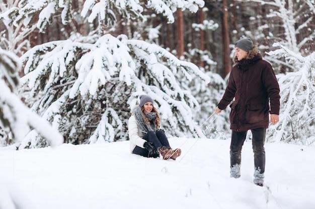 Красивая пара на санях весело, зимний снежный день