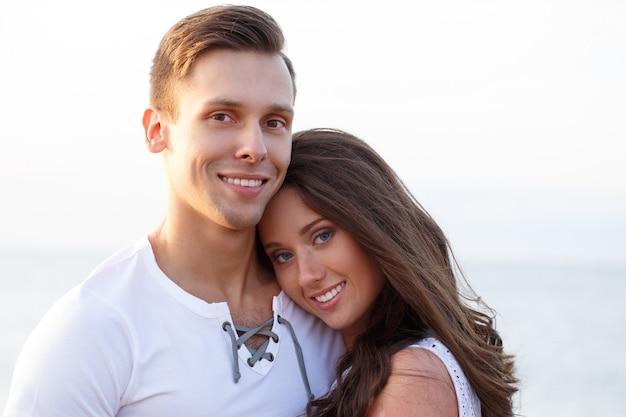 ビーチで美しいカップル
